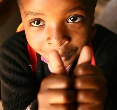탄자니아의 봉사활동 프로젝트에서 어린이가 즐거워하고 있다
