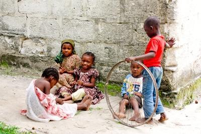 탄자니아 인권 프로젝트에 참가한 인턴들이 현지 아이들과 함께 있다