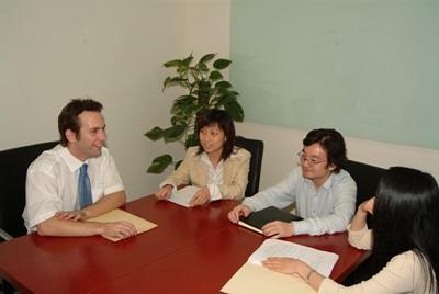 중국 인권 프로젝트 인턴과 직원이 함께 일하고 있다