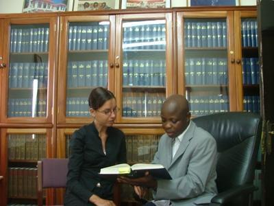 가나 법률 인턴이 직원과 토의하고 있다