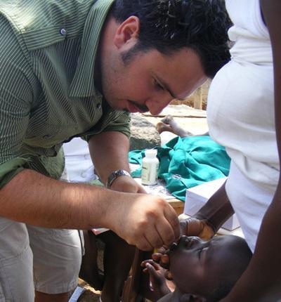 가나 아이들 치과 검진을 하고 있는 봉사자들