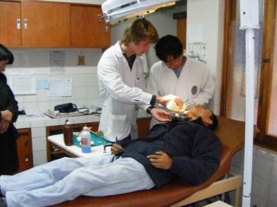 치과 진료를 참관하고 있는 페루 치의학 프로젝트 봉사자