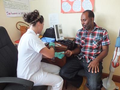 의료 봉사 중인 자메이카 의료 인턴쉽 봉사자