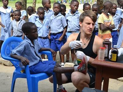 가나 의료 프로젝트 인턴이 어린이를 진료하고 있다