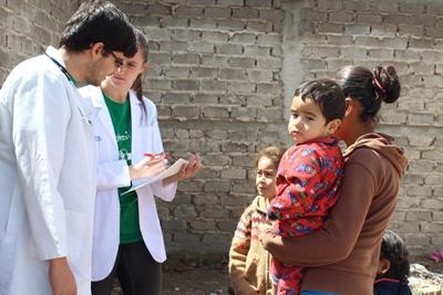 프로젝트 어브로드 멕시코 공중 보건 프로젝트 봉사자와 현지 의사가 환자를 진료중이다