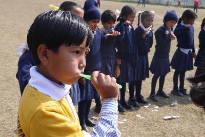 의료 봉사에서 인턴들이 네팔 어린이들에게 양치질을 가르치고 있다