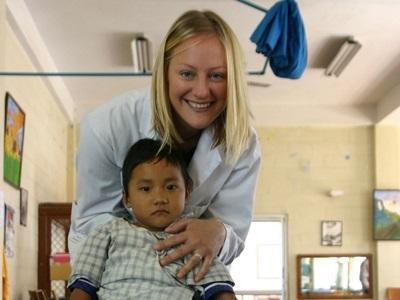 네팔 의료 프로젝트 봉사자가 병원에서 어린이와 함께 하는 모습