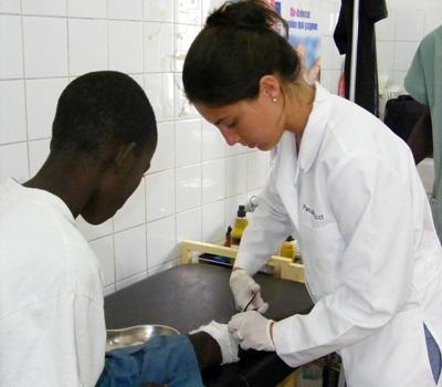 세네갈 의료 프로젝트 갭 이어 인턴이 보건소에서 어린이를 진료하고 있다