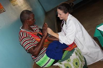 프로젝트 어브로드 의료 프로젝트 인턴이 탄자니아 환자를 돕고 있다