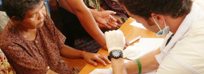 마을 현지에 있는 프로젝트 어브로드 의료 및 보건 프로젝트 봉사자
