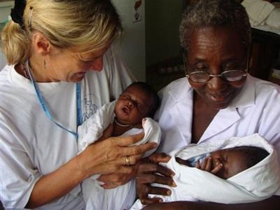 가나 조산사 프로젝트 봉사자와 스태프가 아기들을 돌보고 있다