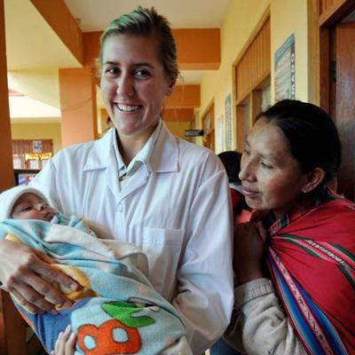 페루 조산사 프로젝트 봉사자와 산모 그리고 갓난아기의 모습