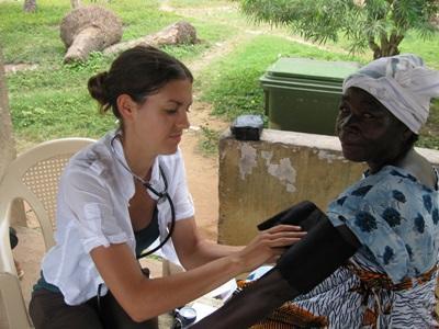 가나 간호 봉사자가 혈압 체크를 하고 있다