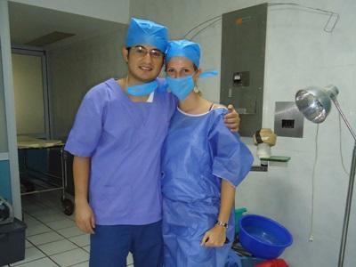 멕시코 병원에서 스크럽을 입고 있는 간호 봉사자