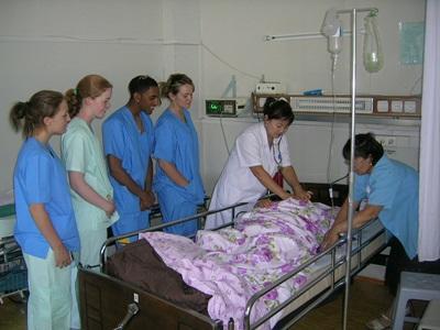 병원에서 진료를 차관하고 있는 몽골 간호 프로젝트 봉사자