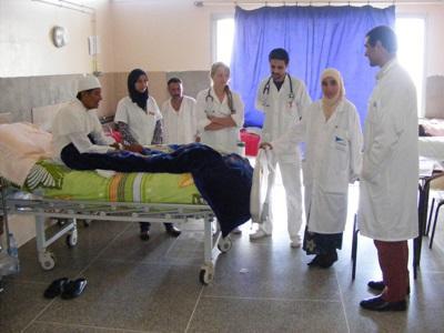 모로코 병원에서 의사들을 참관하는 간호 인턴들