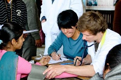 네팔 간호사의 진료를 참관하고 있는 간호 프로젝트 봉사자