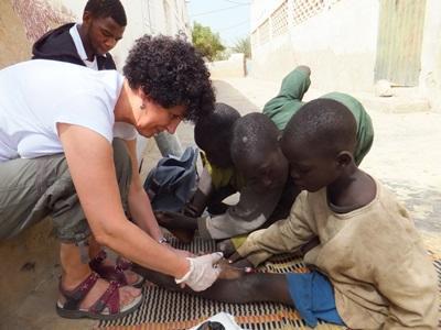 간호 봉사자들이 세네갈 거리의 아이들을 돌보고 있다