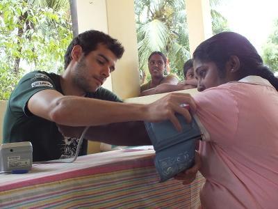 스리랑카 인턴이 현지 여성의 혈압을 재고있다