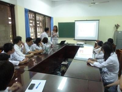 아시아 베트남 의료 인턴쉽에서 프리젠테이션에 참여하는 프로젝트 어브로드 인턴들