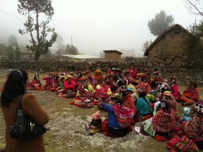 페루의 교외 마을에서 영양학 프로젝트 인턴이 의료 봉사를 하고 있다