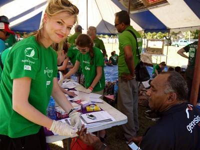 피지 영양관리 프로젝트 인턴 봉사자가 현지에서 영양학에 대해 교육하고 있다
