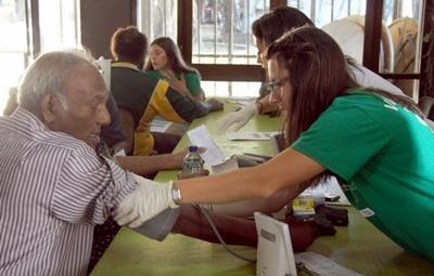영양관리 프로젝트 인턴이 건강관리 교육 중에 주민 건강을 체크하고 있다