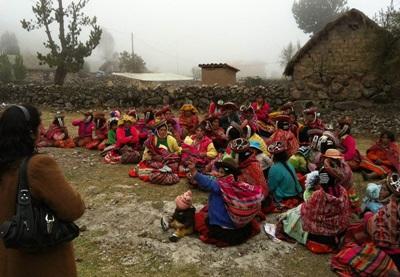 페루의 산간 마을에서 봉사자들이 건강한 식습관과 생활습관에 대한 교육을 진행하고 있다