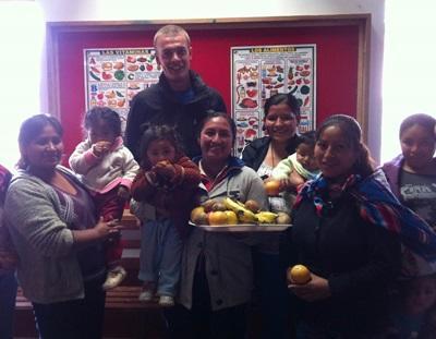 페루의 케어 센터에서 영양에 대한 교육을 진행하는 봉사자