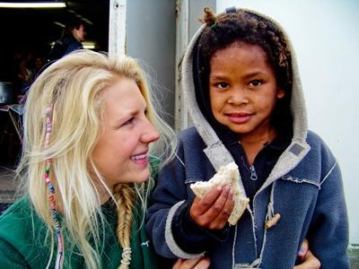 남아공 타운쉽에서 봉사자가 아이들 식사를 지켜보는 모습