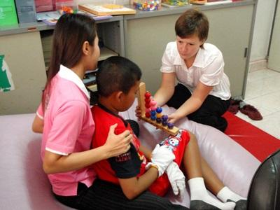 아이들과 활동중인 캄보디아 작업치료 프로젝트 인턴