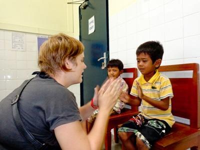 캄보디아 작업치료 프로젝트 봉사자가 게임을 하고 있다