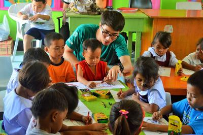 필리핀 작업치료 프로젝트에 참가한 자원봉사자