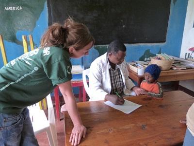 프로젝트 어브로드 탄자니아 작업치료사가 다 레 살람에서 현지 아동을 치료하고 있다