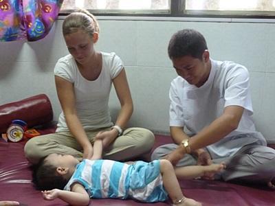 베트남 작업치료 프로젝트 봉사자와 스태프가 아이를 치료하고 있다
