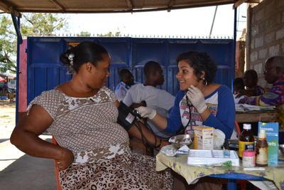 가나 현지 여성이 의료봉사 약사와 상담