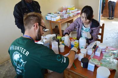 케냐 의료 프로젝트 봉사자들이 전문 스태프와 함께 의약품 정리를 하고 있다.