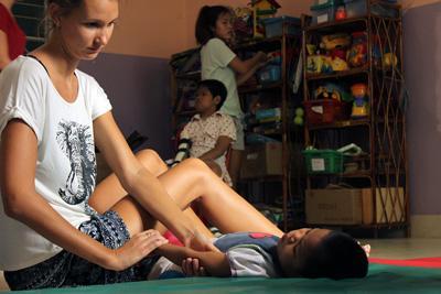 프로젝트 어브로드 물리치료 인턴이 캄보디아 국립 보레이 어린이 센터와 함께 어린이를 치료하고 있다