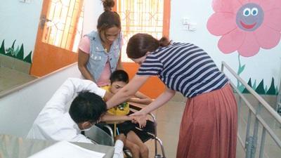 캄보디아 어린이를 치료 중인 물리 치료 인턴