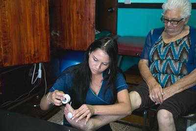 코스타리카 인턴이 노인 복지 센터에서 일하고 있다