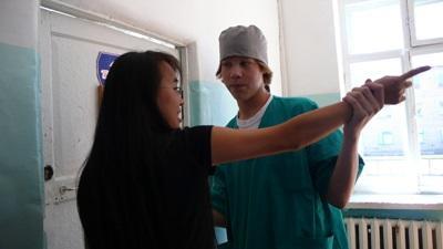몽골 물리치료 프로젝트 인턴이 검진을 하고 있다