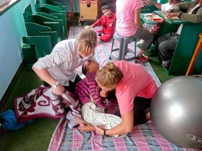 네팔 물리치료 프로젝트 봉사자가 클리닉에서 장애 아동 치료를 하고 있다