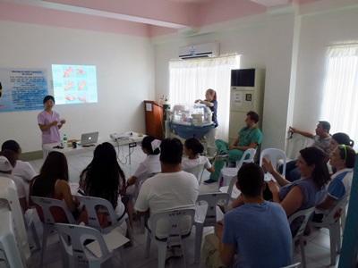 프로젝트 어브로드 필리핀 의료 인턴이 다른 봉사자들에게 프리젠테이션을 하고 있다.