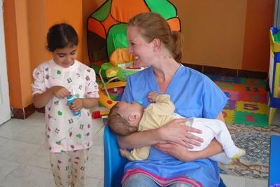 물리치료 세션 후에 인턴과 함께 놀고 있는 루마니아 아이들