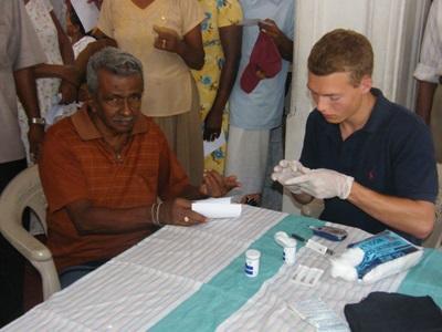 아시아 스리랑카 물리치료 프로젝트 봉사자가 남성을 진료 하고 있다
