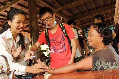 캄보디아 의료 프로젝트 봉사자들이 프놈펜에서 의료봉사를 하고 있다