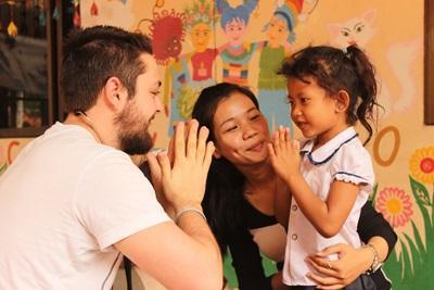 프로젝트 업로드 의료 프로젝트 봉사자들이 캄보디아 프놈펜 현지 어린이들과 놀아주고 있다