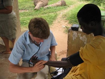 가나 공중보건 프로젝트 인턴이 심박수를 재고 있다