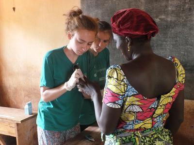 토고 의료프로젝트 봉사자들이 주민들에게 당료병 검사를 하고 있다