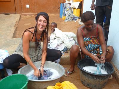 토고에서 봉사자가 호스트 마더를 돕고 있다
